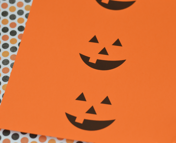 Super easy and quick Halloween drinks that you can prepare ahead of time for Halloween parties. Download and print the free labels. kids | school parties | classroom party | free printable| | Halloween party