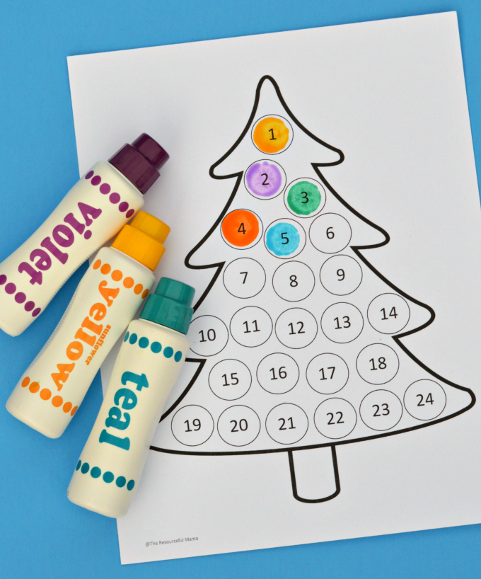 Free printable Christmas countdown advent calendar for kids. Use Do a Dot Markers, bingo markers, pom poms, stickers, or crayons to fill in each day.